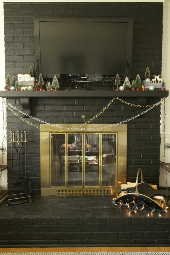Chains as garland on the Mantle